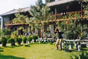 Fan Teng Gong im Garten: wir üben es, weil wir uns wohl damit fühlen. Auch ohne Garten.